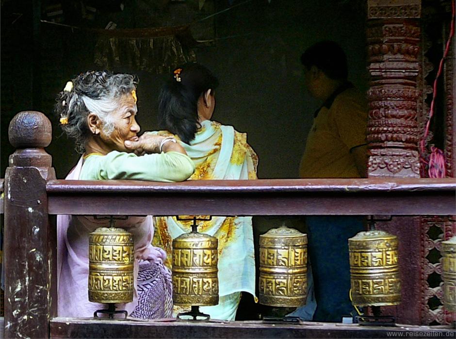 Nepal - Kathmandu - Reisen - Reisetipps - Alte Frau im Tempel