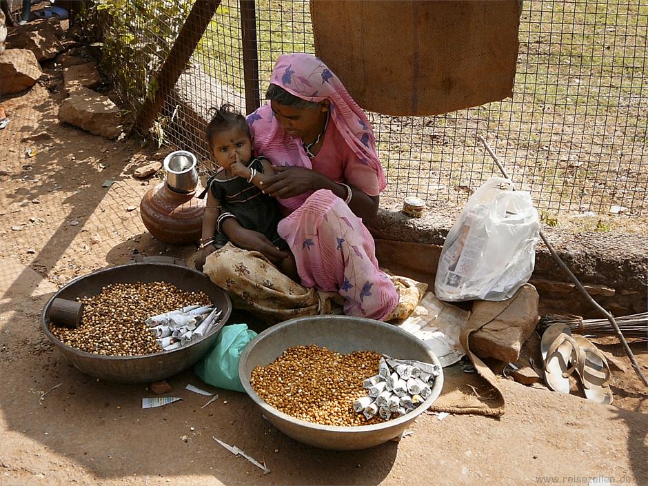 Indien - Reisetipps - Reisen - Rajasthan - Inderin mit Kind an ihrem Verkaufsstand